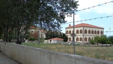 Photo of Λημνος- Συρματοπλέγματα στον τοίχο της αυλής της Μητρόπολης… Είναι σωστο;